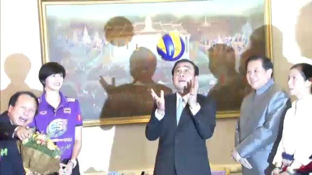 นายกฯ โชว์ลีลาเซตลูกวอลเลย์บอล-ขออย่าตำหนิญี่ปุ่น